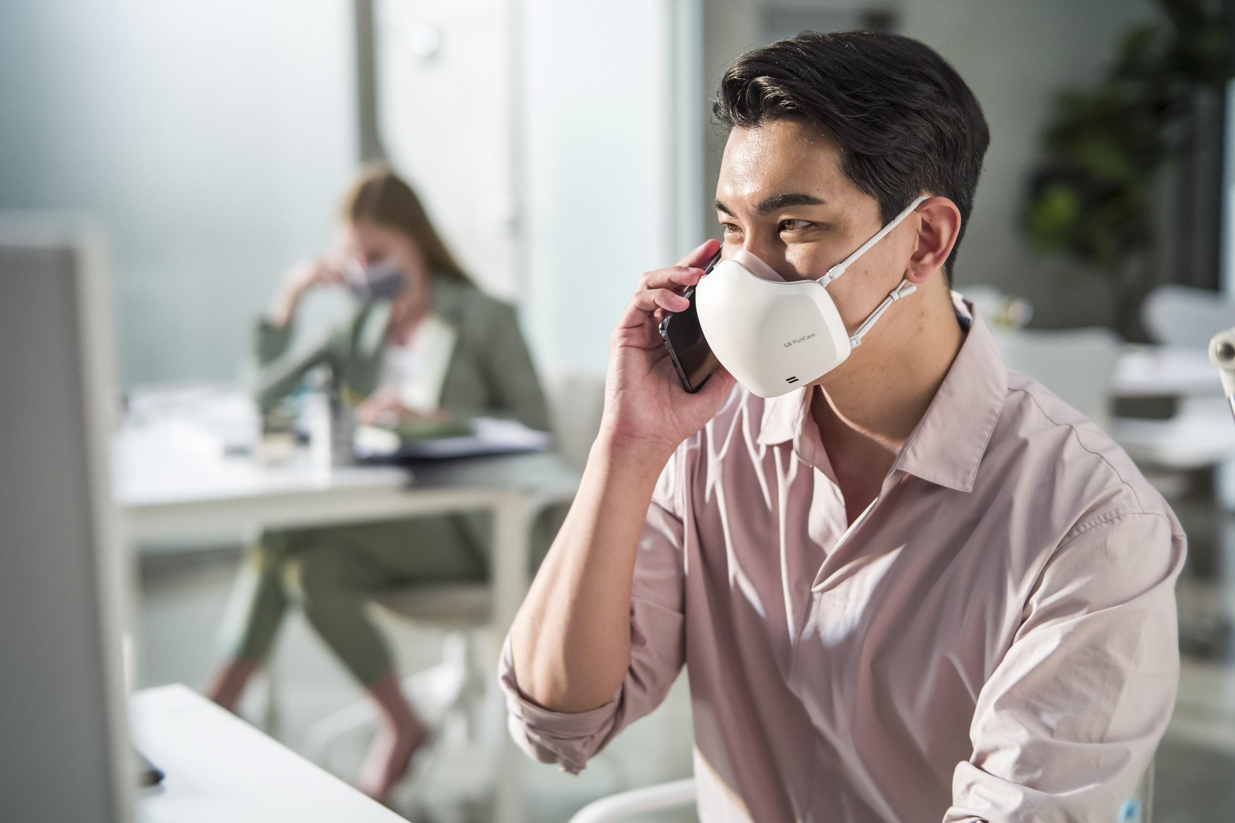 หน้ากากฟอกอากาศ LG PuriCareTM Gen2 มาพร้อมเทคโนโลยี VoiceONTM ไมโครโฟนเพื่อช่วยขยายเสียงพูดให้คมชัด ขณะสวมใส่หน้ากากฟอกอากาศ สร้างความชัดเจนให้กับทุกการสื่อสาร